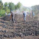 Dégagement du charbon de bois en cercles concentriques