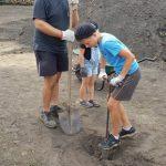 Première étape : creuser un trou pour positionner à la verticale les longs morceaux de bois qui formeront la cheminée;