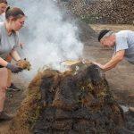 Dernière étape : allumer la meule en remplissant la cheminée de charbon de bois froid et de braise chaude et essayer de boucher les trous au maximum en mouillant la terre qui a été rajoutée.