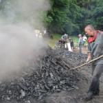 Extraction du charbon de bois